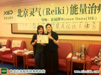 香港徐属桦老师WymanDana给学员颁发毕业证书